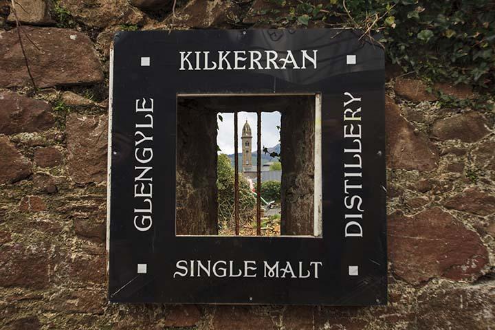 Окно в полуразрушенной стене навеяло идею логотипа виски Килкерран